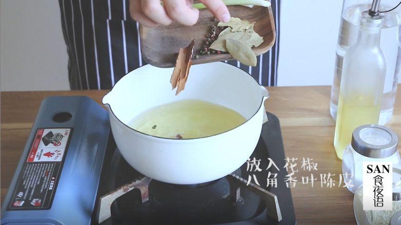 油泼辣子+川味凉面,油六成热将香料葱姜放入