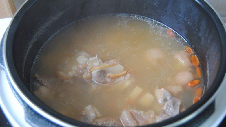 莲藕猪蹄汤,大约25分钟后,即可排气打开
