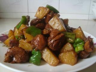 土豆烧鸡块,土豆烧鸡块就大功告成了,可以吃啦。
