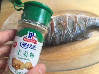 糖醋鲈鱼,撒些生姜粉去腥气