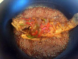 糖醋鲈鱼,大火收汁,装盘。