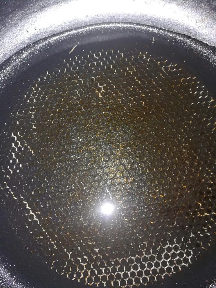 刮凉粉,坐锅,将剩下的四百克水倒入锅中,大火煮开。