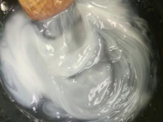 刮凉粉,水开后,将淀粉水重新搅起,要无沉淀,边倒边搅拌。