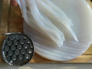 刮凉粉,凉粉到在砧板上,用专用的凉粉刮子将凉粉刮成10cm左右的细条。