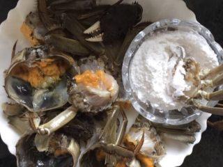 蒜泥螃蟹,锅中放适量的油烧热,螃蟹的切口部位蘸裹上淀粉(生粉一样)