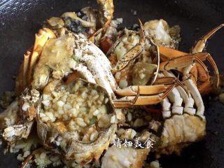 蒜泥螃蟹,翻炒均匀,鸡精按需要加,个人觉得很鲜美了没加