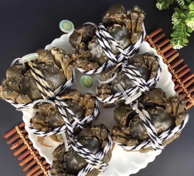 蒜泥螃蟹,选螃蟹的时候一定要买活蟹哦,死蟹不能吃对身体不利。我买的这种是盒装的一盒六个,比较大,3只炒一大盘刚刚好两个人吃完不剩!🙈太会过日子了,回妈妈家都是一锅一锅的蒸或煮螃蟹吃😂