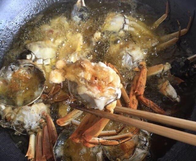 蒜泥螃蟹,全部下锅油炸,炸至表明微黄捞出控油备用。经过油炸的蟹壳吃的时候咔嚓咔嚓就碎了,一个字:香。涵爸没认识我之前都不爱吃鱼和螃蟹,完全是入乡随俗啊,现在超级爱,比我吃的还狠,这完全取决于有个会做饭的丈母娘和媳妇😂
