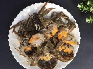 蒜泥螃蟹,全部处理好,用白酒少许腌制5-10分钟,没有白酒用料酒代替  温馨提醒⚠️:个人习惯用白酒腌制,吃的时候会有小许酒香味,夹杂着蒜香味,口感特别好!这个季节的螃蟹好肥,蟹黄特多,很诱惑!