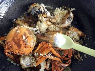 蒜泥螃蟹,把油炸过的螃蟹下锅一起翻炒,根据家人口味加少许盐