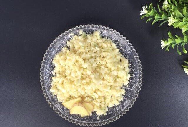 蒜泥螃蟹,腌制螃蟹的时候准备2头大蒜,剁碎,3片生姜
