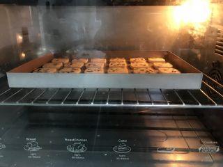 蔓越莓曲奇(香酥不变形),烘烤,150度上下火烘烤40分钟左右。时间和温度自己根据烤箱进行调整,切的薄自然时间和火力要降低。当然,不建议切太薄,影响成品颜值!  切的厚就需要烤箱开热风循环,时间更久一点。  厚度以5mm左右为宜!太厚也不容易烤熟。