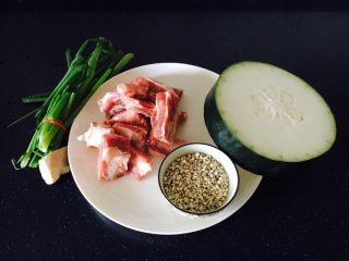 冬瓜薏仁排骨汤,主要食材:肋骨、冬瓜、薏仁