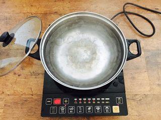 冬瓜薏仁排骨汤,在给肋骨焯水的同时做一锅开水备用 是用于炖汤的,这个步骤可不能偷懒哦,如果你偷懒用凉水炖汤,凉水会锁住肉肉的表层,肋骨肉不软嫩,汤也不香浓。