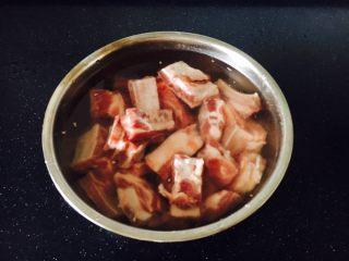 冬瓜薏仁排骨汤,肋骨先割成条,再剁成小块。 首先清洗,清洗时一定要把碎骨渣清理干净,避免吃的时候嗝牙。 其次,用清水至少浸泡半个小时左右,以滗出血水。