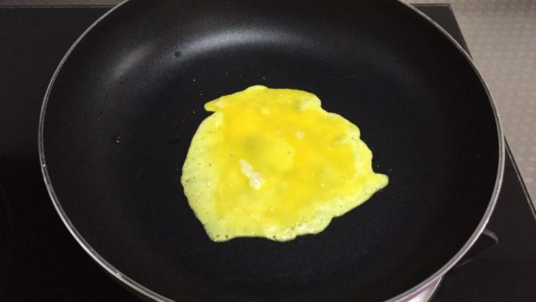 番茄浓汤,平底锅放少许油,将蛋黄打散摊成小饼