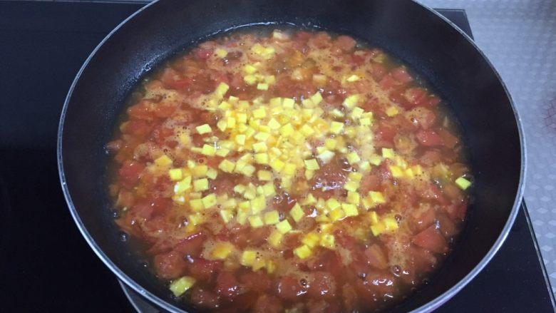 番茄浓汤,倒入刚刚准备好的蛋黄丁搅拌均匀