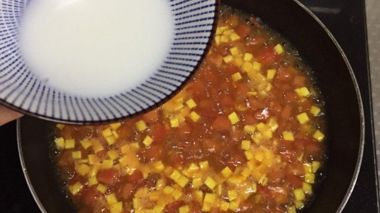 番茄浓汤,调入水淀粉,不停搅拌至浓稠
