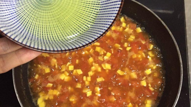 番茄浓汤,高处淋入蛋清液,边淋边搅拌浓汤才会出漂亮的蛋花