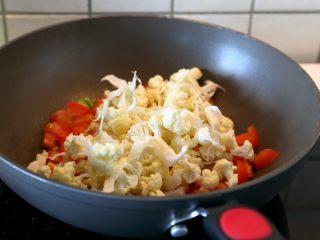 西红柿牛肉炒剪刀面,10.另起油锅,先下西红柿炒软,再下花菜炒。