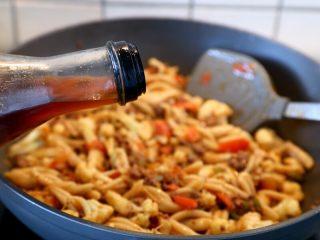 西红柿牛肉炒剪刀面,14.全部拌炒匀,最后浇点麻油起锅享用。