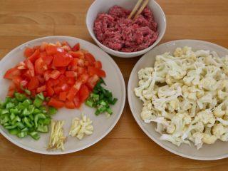 西红柿牛肉炒剪刀面,4.面团醒好了,我们来准备浇头材料。 牛肉剁碎,花菜切撕成小朵、西红柿和青椒切块,生姜切丝,大蒜切片,小葱切花。