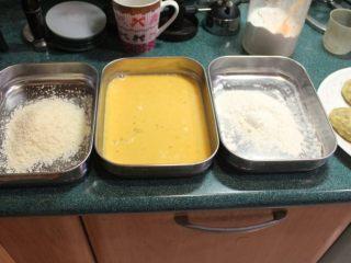 可乐饼,准备好面粉、蛋液、面包粉