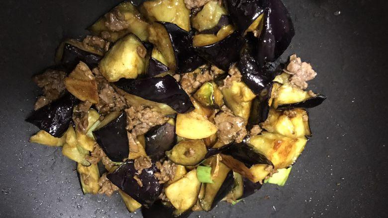 肉末烧茄子,加入另一半调料翻炒。