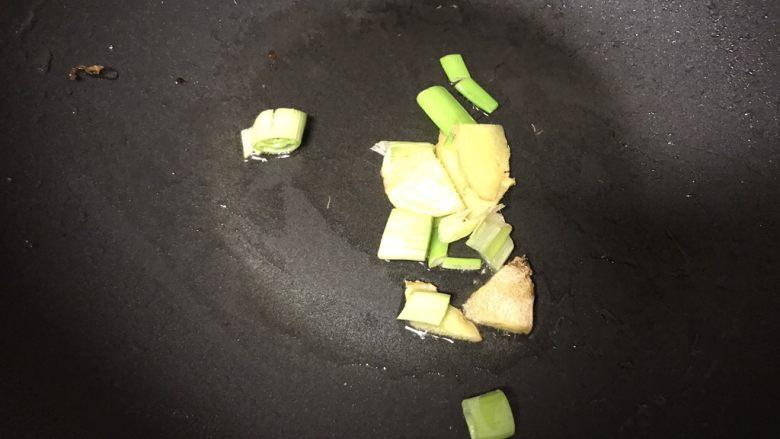 肉末烧茄子,锅内加适量油,烧热后加入葱姜蒜爆香。