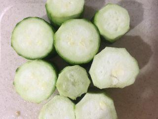 粉丝蒸蒜蓉丝瓜,丝瓜洗净去皮,切成3厘米的小节