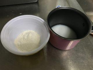 红茶奶酥 (山寨原麦山丘),烫种 材料中水+盐+奶粉放小锅内,加热至沸腾,关火倒入面粉,搅拌均匀即可。晾凉后放冰箱冷鲜层,隔夜备用