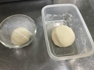 红茶奶酥 (山寨原麦山丘),这就是提前一天准备好的还没有放入冰箱的老面和烫种,量真的很少,面团很小,可是一定不能缺少