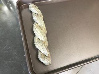 红茶奶酥 (山寨原麦山丘),双手托起面团,放入烤盘中