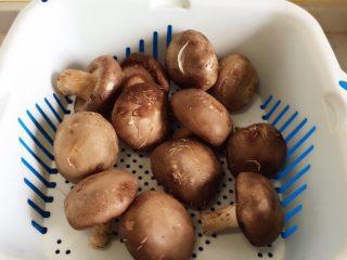 香菇酿肉,香菇要挑大的,圆形的。