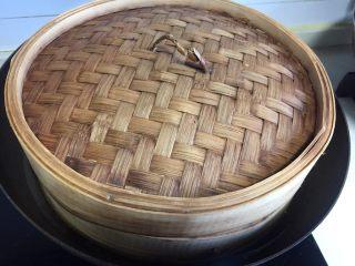 香菇酿肉,锅里放半锅水放上蒸屉。