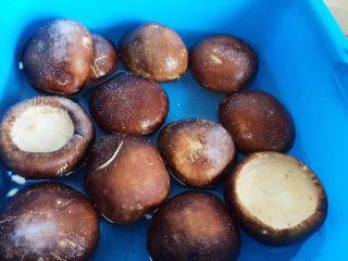 香菇酿肉,盆里放清水、香菇,撒上食用盐浸泡10分钟。