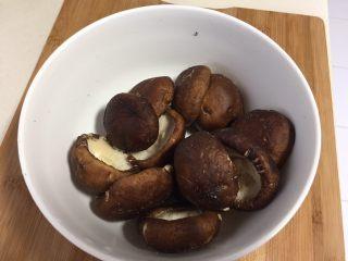 香菇酿肉,清洗干净,挤去香菇的水份,轻一点不要把香菇挤变形了。