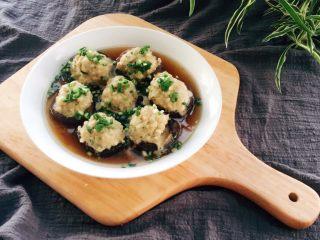 香菇酿肉,撒上葱花。