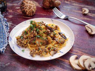 日式菌菇意面,出锅后撒上罗勒碎