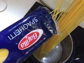 日式菌菇意面,锅里煮开水后放入意大利面