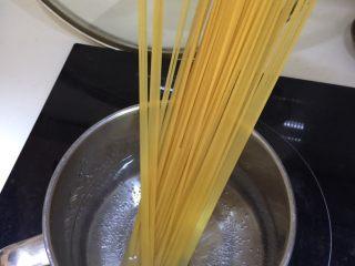 日式菌菇意面,加入盐煮8分钟后滤去水分备用