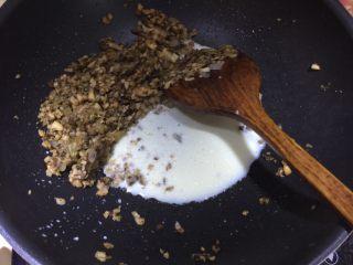 日式菌菇意面,然后倒入做好的蘑菇酱翻拌均匀,再倒入牛奶翻炒