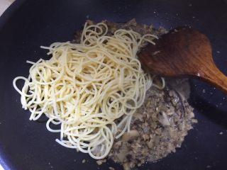 日式菌菇意面,加入煮软的意面翻炒