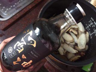 日式菌菇意面,锅里倒入橄榄油,放入切片的菌菇煸香,然后加入盐后又又鲜鲜味酱油翻炒均匀