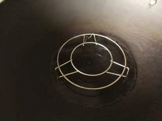 爽口金针菇,锅中放少量水入蒸架