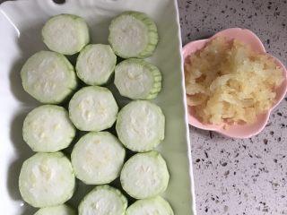 蒜蓉丝瓜——快手版,准备好食材,丝瓜削皮,洗净,切成段状。蒜头用捣蒜器做成蒜蓉备用。