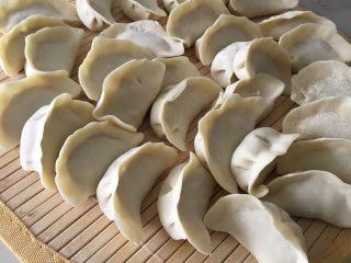 猪肉卷心菜饺子,皮是买现成的,所以直接包就行了
