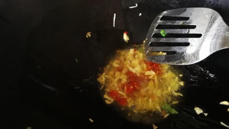 皮蛋炒苦瓜,翻炒出香味后加入剁椒炒均