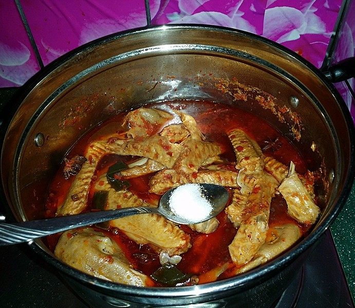 麻辣鸭头鸭翅,待鸭翅膀煮至熟烂时加入食盐调味