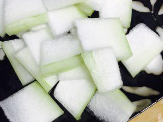 冬瓜虾米汤,准备冬瓜,将冬瓜切成小片